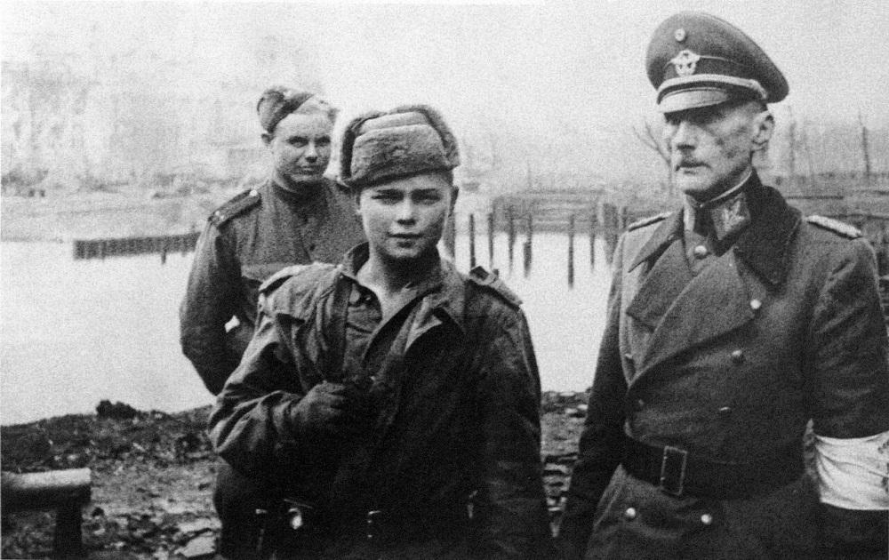 Советские бойцы и начальник медицинской службы полиции Берлина генерал-майор медицинской службы Карл Эмиль Вробель. Взят в плен 2 мая 1945 года..jpg