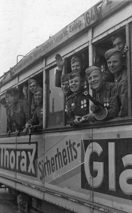 Бойцы 1-го Белорусского фронта в берлинском трамвае.jpg